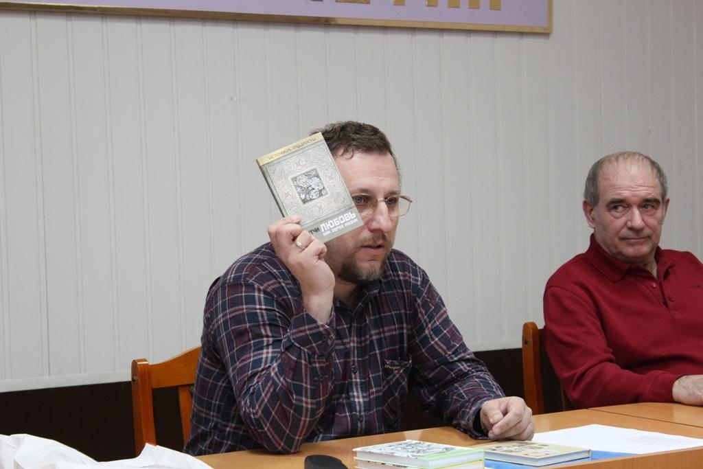 Андрей Якушев подарил свои книги в библиотеку колонии.JPG