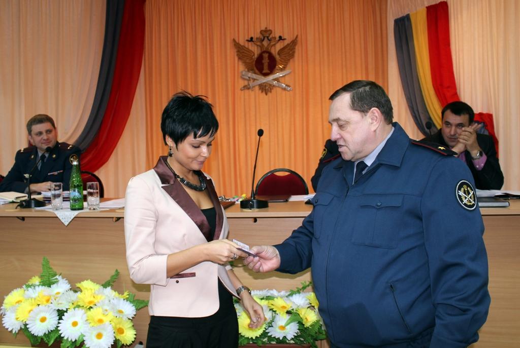 Сергей Смирнов вручает удостоверение Анне Хоботовой.JPG