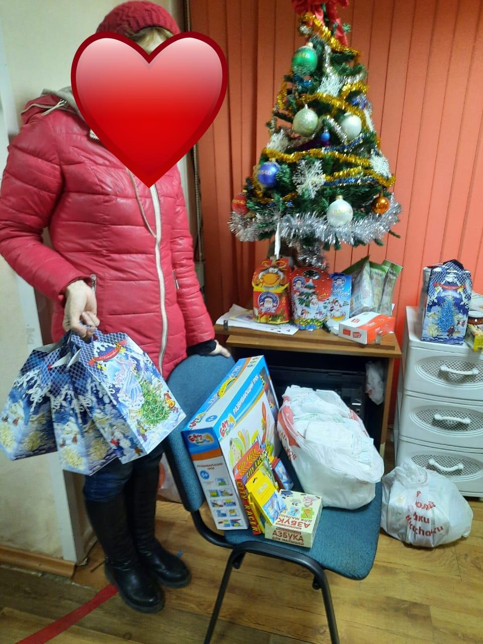 В Аксае осужденные, без изоляции от общества, приняли участие в благотворительной акции «Новогоднее чудо»