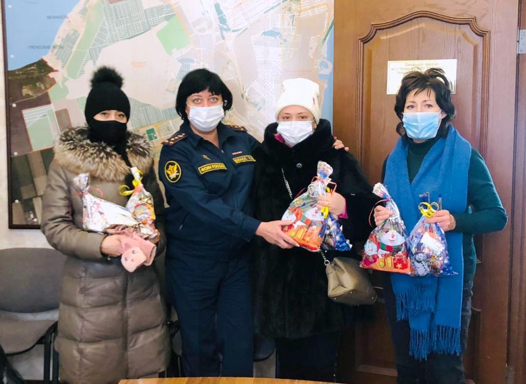 В филиале УИИ по г. Таганрогу осужденных с отсрочкой отбывания наказаний, имеющих детей, поздравили с Новым годом